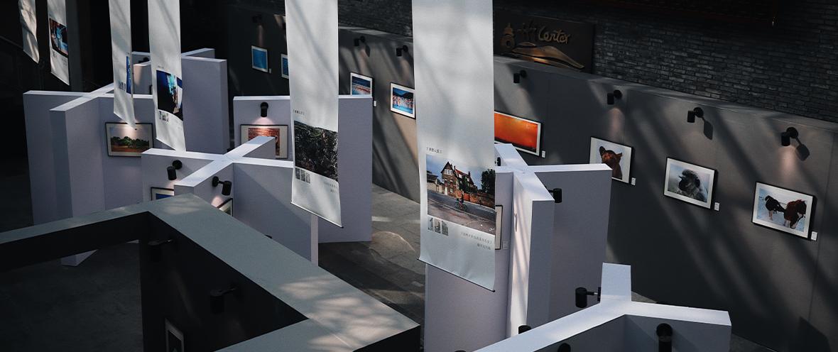 Draufsicht auf eine Galerie mit Bildern