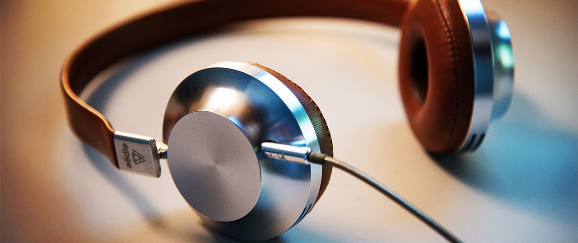 Große Kopfhörer mit Kabel © Unsplash