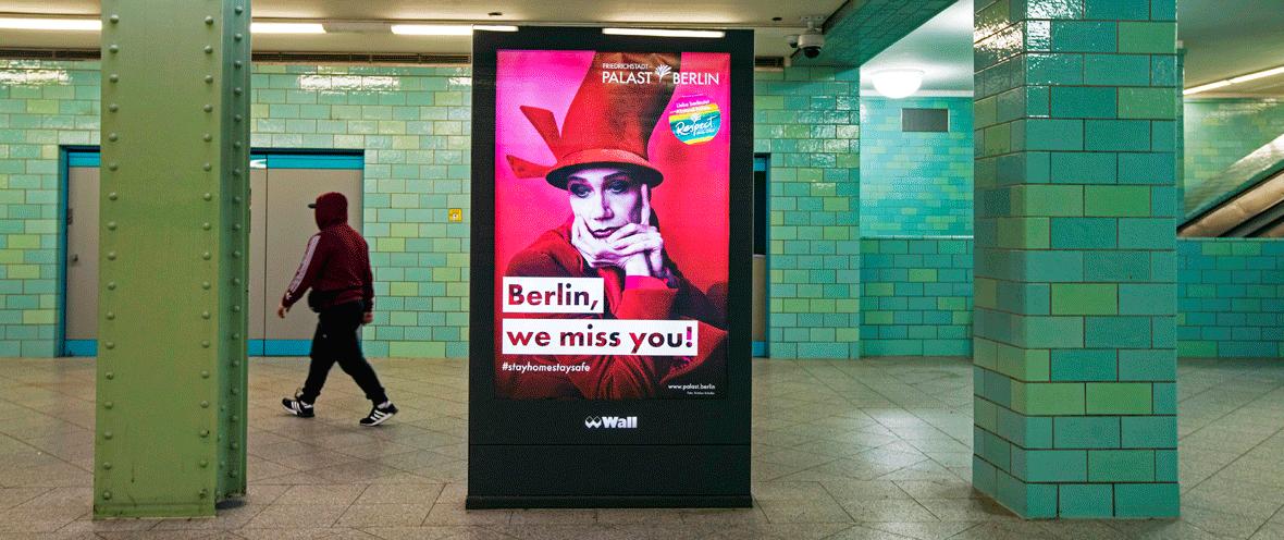 Werbeanzeige am Bahnhof Berlin Alexanderplatz © imago images / Emmanuele Contini