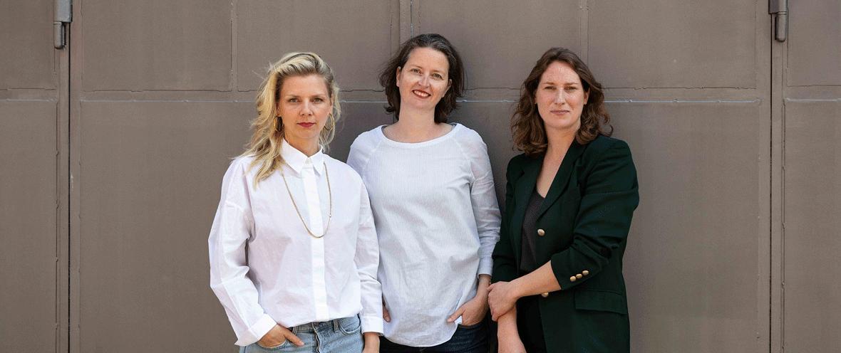 Tanja Wagner, Anne Schwanz und Johanna Neuschäffer von BerlinViews vor einer grauen Wand.