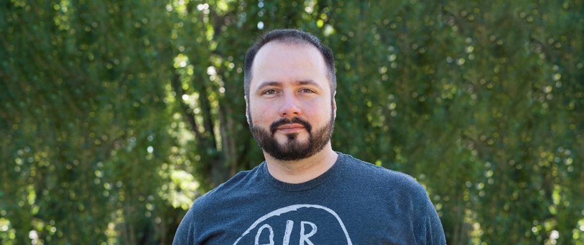 Adrian Krion, Managing Director Spielworks vor einem grünen Hintergrund